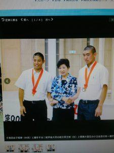 小池百合子知事(中央)と握手する二松学舎大付の松江京主将(左)(19期OB)